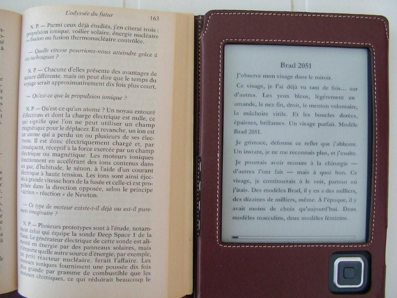 Liseuse et livre de poche